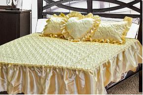 Комплект атласный 220, 100% полиэстер, покрывало с рюшами + подушки